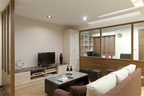 客厅玄关隔断效果图6 室内隔间多为柚木色系,因此设计师在柜体上使用
