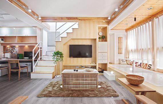 得益于开放式设计,小客厅显得极为开阔。原来的飘窗改造成榻榻米地台,也纳入客厅区,增设了活动空间。木色与白色的配搭清新宜人,再加上落地窗带来的良好采光,把客厅映照出一份别墅般的大气。