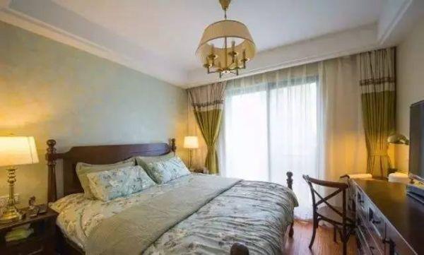 主卧床头以清新的浅绿色壁纸做背景