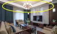 石膏线吊顶走一圈金属线条,瞬间给客厅提升档次,比别人家高档