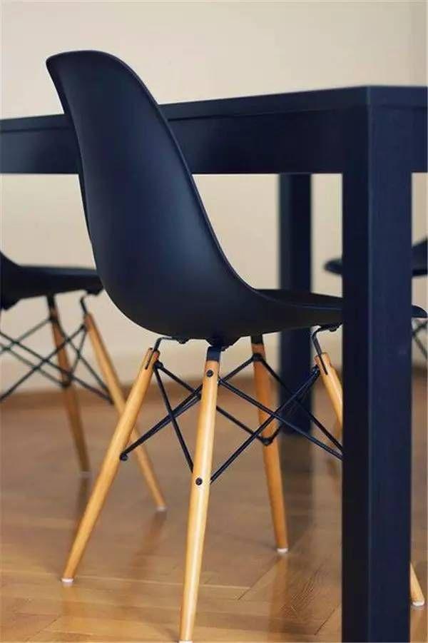 安恩雅各布森(Arne Jacobsen) 雅各布森是丹麦国宝级的建筑师和设计师。丹麦设计将刻板的功能主义转变成精练而雅致的形式这一特色,在他作品上体现的淋漓尽致,作品强调细节的推敲,以达到整体的完美。他把家具、陈设、地板、墙饰、照明灯具和门窗等的细部看成与建筑总体和外观设计一样重要。大多数设计都是为特定的建筑而作的,因而与室内环境浑然一体。鸡蛋椅和天鹅椅就是他为哥本哈根SAS皇家酒店大厅所特别设计的椅子。下图为层压椅。