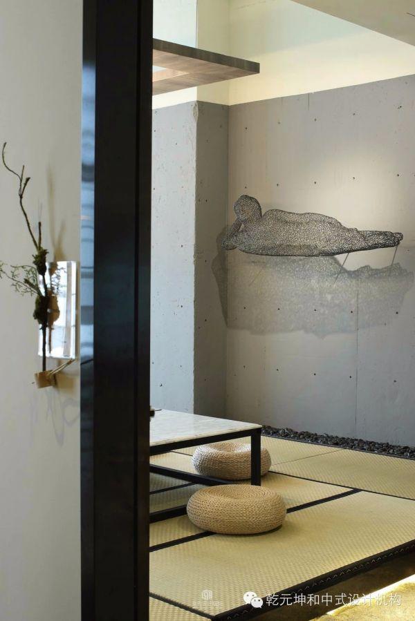 青岛乾元坤和中式设计机构致力于中国传统的室内、外空间设计领域。 业务范围:家居空间、别墅豪宅、园林景观、售楼处样板间、私人会馆、娱乐休闲、商业卖场、酒店宾馆、餐饮空间、办公空间、美容SPA健身空间等领域。 如果您也热爱生活、注重创意、追求品质生活,我们愿与您携手共创美好生活~ 关注微信号:QDQYKH或公众号:QYKHZSSJ,我们定期分享好设计、好方案。 您可以从中选择您想要的生活,乾元坤和愿与您一同将其实现! 也可百度企业官网:乾元坤和中式设计 咨询热线:400-998-1772 186602115