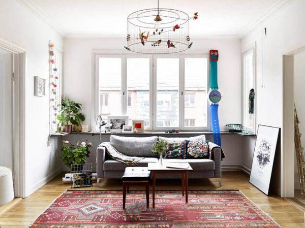 客厅装修,采用格子条纹装饰的布艺沙发简单时尚,多彩小装饰品