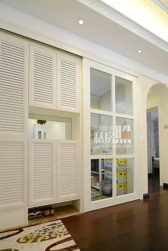 鞋柜的百叶门与厨房的格子推拉门意外的和谐.