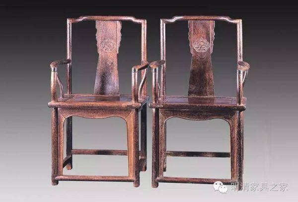原标题:传统家具,在岁月中增添成色 近几年,投资古旧家具在收藏界已成为一种时尚,而明清时期的家具,作为我国古典家具中的精华,自然成为收藏家们四处收集的宝贝。  清早期 黄花梨南官帽椅 市场行情稳中有升 明清家具的材质以一黄(黄花梨)、二黑(紫檀)、三红(老红木、铁力木等)、四白(楠木、榉木、柞针木等)为排列顺序。目前最具升值潜力的家具有两类,一类是明代和清早期在文人指点下制作的明式家具,木质一般都是黄花梨,另一类是清朝康熙、雍正、乾隆三代由皇帝亲自监督,宫廷艺术家指导,挑选全国最好的工匠在紫