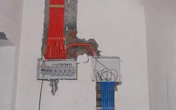 电线电路布线: 用材要求、2.56平米以上铜芯线、16mm以上线管。 布线要求:大部分电工师傅在电路布线中,没有考虑将强电与弱电,开关、空调插座与电器插座分开走线。所以开槽也节省了大批工序。 强电与弱电的要求布线在最底限度下相隔30厘米,空调插座专用6平米以上的电线分组,电器插座专用4平米分组,开关2.