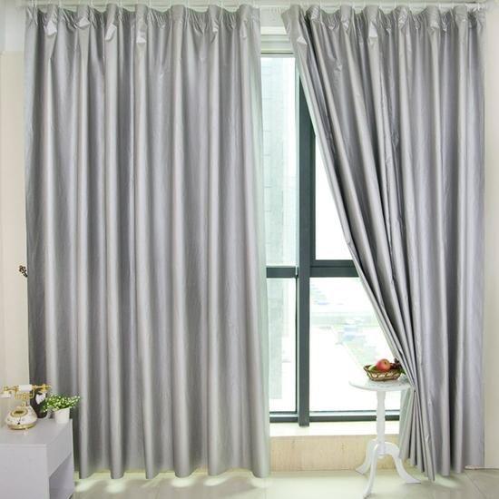 客厅窗帘颜色挑选原则 1、面临窗帘的选择时,首要考虑的就是室内的整体效果。按照装饰风格的不同,来选择合适的窗帘样式、色彩。深色窗帘给人的感觉就是庄重大方,透光性强的薄窗帘布料最佳,能够营同时还能营造出庄重简洁、大方明亮的视效。客厅窗帘的颜色最好使用沙发花纹的颜色。比如:白色沙发上常有粉红色和绿色的花纹,窗帘就以粉红色或绿色的布料,这样可以相互呼应。